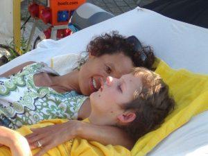 Elisabeth van Windt met een kind in een hangmat